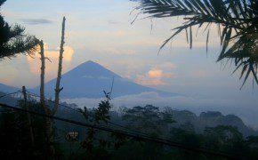 IIn den Bergen - Blick auf den Vulkan Gunung Abang in der Ferne