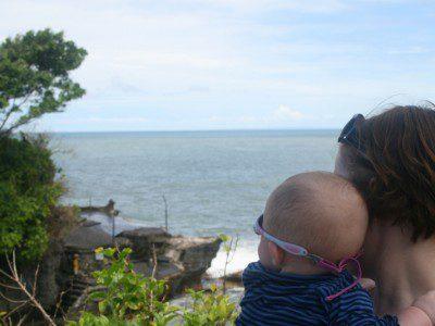 Momme und Mama schauen am Tempel Tanah Lot rüber nach Australien
