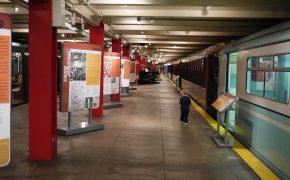 Historische U-Bahnwagons im New York Transit Museum