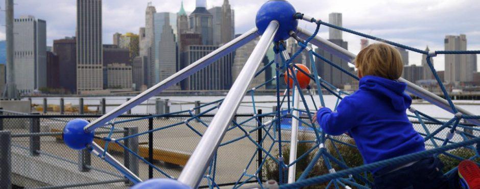 Klettergerüst mit Ausblick auf Downtown Manhattan