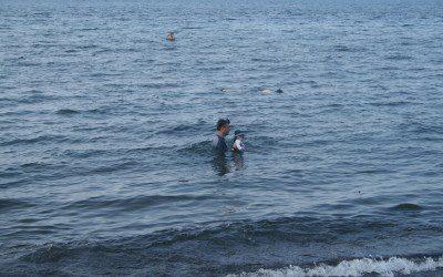 Momme und Papa im Meer