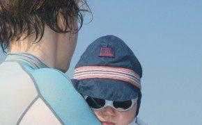Perfekt vor der Sonne geschützt sieht Momme manchmal aus wie ein Mafiaboss (vor allem, weil er auch so guckt!)
