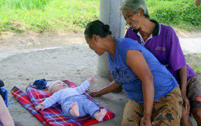 Auch balinesische Reisbauern mögen Babys!