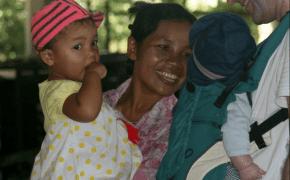Mommes Flirt mit den Balinesen