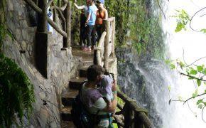 Auch das Baby staunt - La Paz Waterfalls