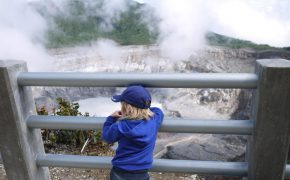 Blick in den brodelnden Krater