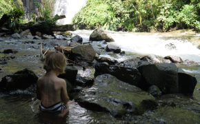 Dschungelkind an den Wasserfällen