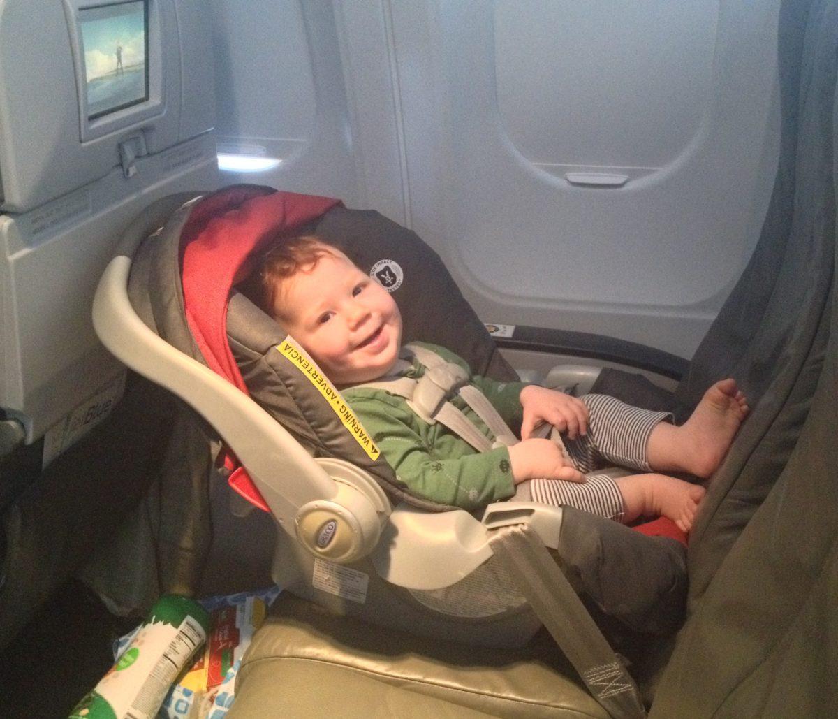 Glückliches Baby im Autositz
